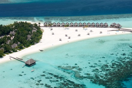 Beach and villas at Constance Moofushi, South Ari Atoll, Maldives